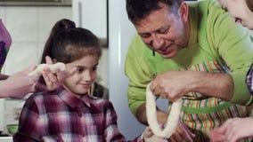 Отец и дочь потакают в тесте выпечки кухни сток-видео