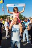 Отец и дочь с другими тысячами протестующих стоковые изображения
