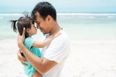 Отец и его доля маленькой девочки для любов стоковая фотография rf