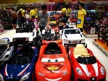 Отец и его ребенок заканчивать автомобили игрушки в магазине игрушек Стоковые Изображения