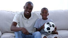 Отец и его футбол сына наблюдая акции видеоматериалы