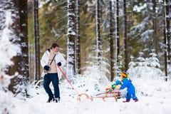 Отец и дети играя в снеге Стоковые Изображения RF