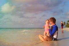 Отец и дети имея потеху на каникулах моря Стоковые Изображения