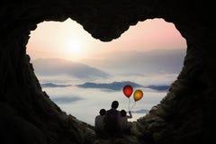 Отец и дети наслаждаются горным видом в пещере стоковое фото rf