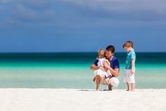 Отец и дети на каникулах стоковое изображение