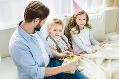 Отец и дети с настоящими моментами Стоковое Изображение RF