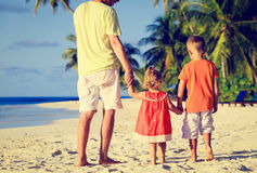 Отец и 2 дет идя на пляж Стоковые Изображения RF