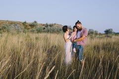 Отец и мать обнимают ее маленькую дочь Стоковые Фото