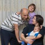 Отец и мать с их детьми Стоковая Фотография