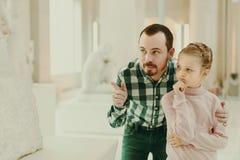 Отец и малая девушка смотря старые статуи Стоковые Фотографии RF