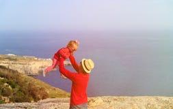 Отец и маленькая дочь играют на небе лета Стоковое фото RF