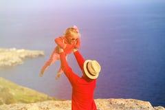 Отец и маленькая дочь играют на небе лета Стоковое Изображение RF
