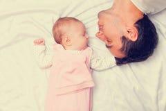 Отец и маленький младенец стоковые фото