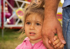 Отец и милая маленькая дочь держа рука об руку в летнем дне Стоковые Фото