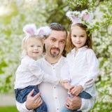 Отец и дочери нося уши зайчика на пасхе Стоковые Изображения RF