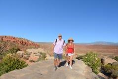 Отец и дочь в горах стоковая фотография