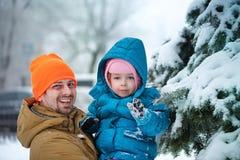 Отец и дочь в парке зимы стоковые изображения