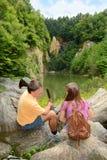 Отец и дочь говоря на пешем отключении стоковое фото