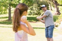 Отец и дочь играя бейсбол Стоковая Фотография RF