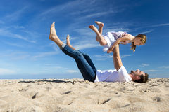 Отец и дочь играя на пляже Стоковая Фотография RF