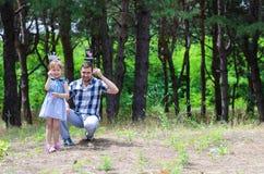 Отец и дочь имеют потеху совместно в природе, экземпляре  Стоковая Фотография RF