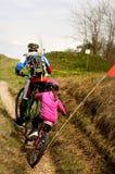 Отец и дочь идя в велосипед Стоковое фото RF