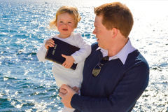 Отец и дочь морем Стоковое Изображение