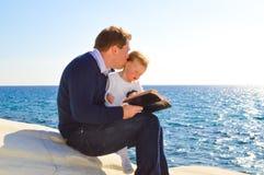 Отец и дочь морем Стоковые Изображения