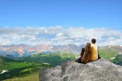 Отец и дочь наслаждаясь временем совместно в горах стоковое фото rf