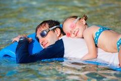 Отец и дочь на каникулах пляжа Стоковая Фотография RF