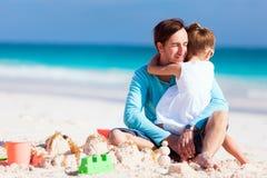 Отец и дочь на пляже стоковые изображения rf