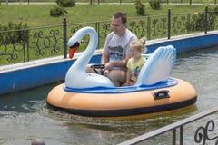 Отец и дочь на шлюпке Стоковая Фотография RF