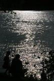 Отец и дочь около озера стоковое изображение