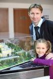 Отец и дочь около плана жилых домов. Стоковое Фото