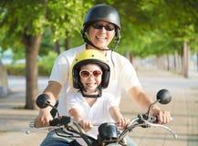 Отец и дочь путешествуя на мотоцикле на летнем времени Стоковое Изображение RF