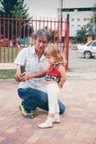 Отец и дочь семьи смотря мобильный телефон Стоковое фото RF