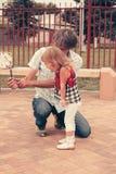 Отец и дочь семьи смотря мобильный телефон Стоковое Изображение