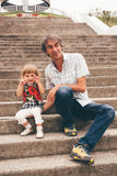 Отец и дочь семьи outdoors Стоковое Изображение RF