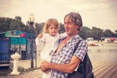 Отец и дочь семьи outdoors Стоковое Изображение