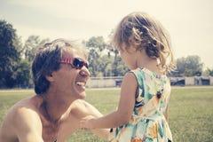 Отец и дочь семьи outdoors Стоковые Фото