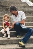 Отец и дочь семьи outdoors Стоковые Фотографии RF
