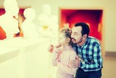 Отец и дочь смотря классические статуи Стоковые Фото