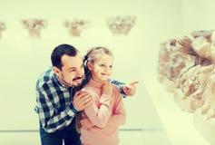 Отец и дочь смотря старые барельеф в музее Стоковые Фото