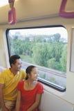 Отец и дочь смотря через окно в метро Стоковые Изображения