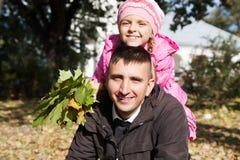 Отец и дочь, спортивная площадка в парке Стоковые Фото