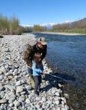 отец и дочь удя совместно на реке Стоковое фото RF