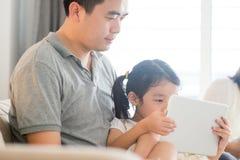 Отец и ребенок играя с цифровой таблеткой Стоковые Фотографии RF