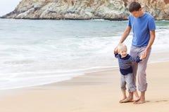 Отец и сынок на пляже Стоковая Фотография