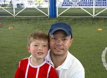 Отец и сын в усмехаться парка стоковое изображение