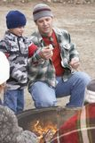 Отец и сын готовые для того чтобы провозглашать проскурняк Стоковые Изображения RF